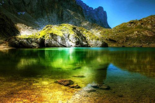 lago in montagna estate