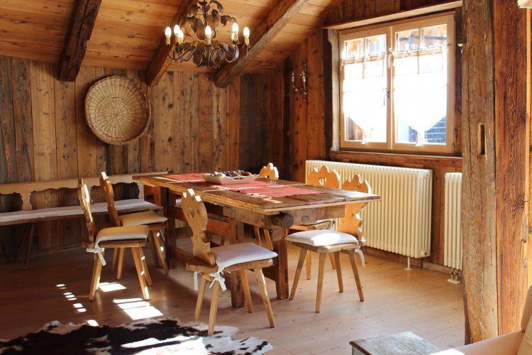 salotto in legno con vista montagne