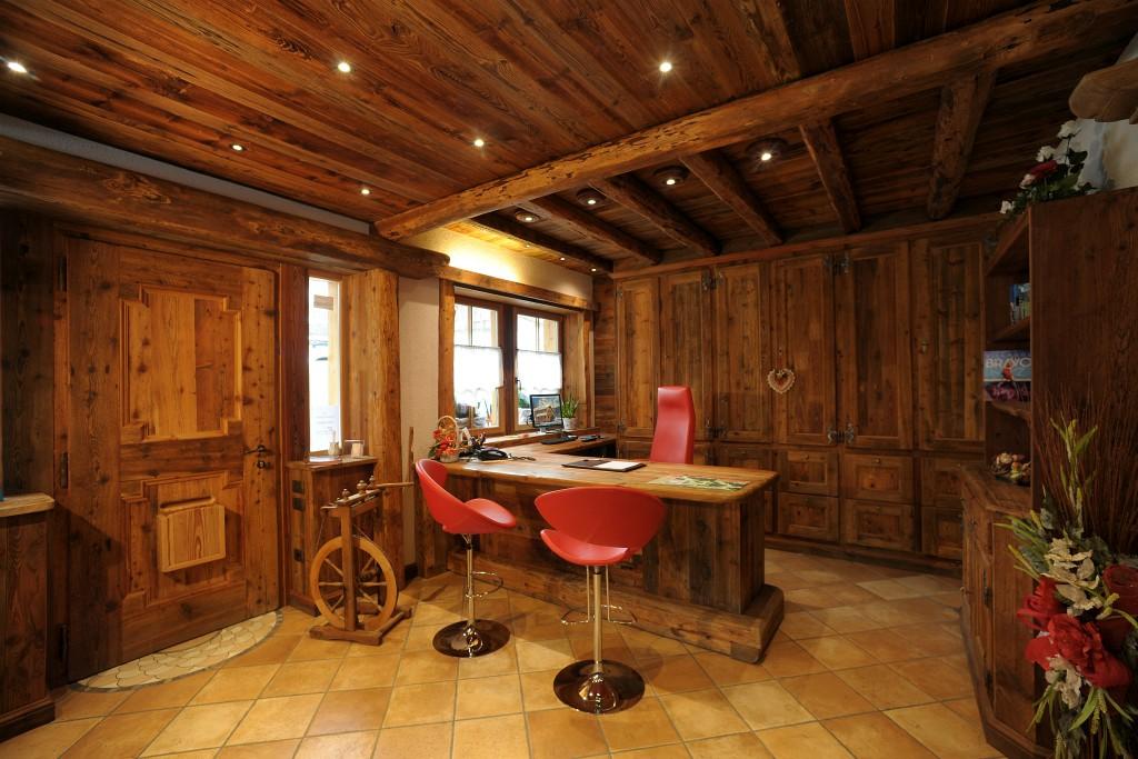 stanza in legno con sedie rosse e bancone